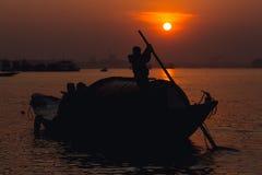 Sonnenuntergang in den Banken von Ganga Lizenzfreie Stockfotografie