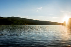 Sonnenuntergang in den Bergen über Belis See in Rumänien Lizenzfreies Stockbild