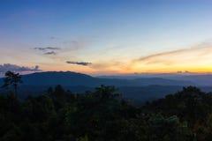 Sonnenuntergang in den Bergen stockfotos