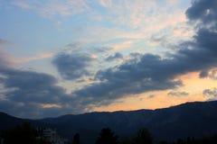 Sonnenuntergang an den Bergen Lizenzfreie Stockfotografie