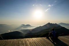 Sonnenuntergang in den Bergen-immer herrlich stockbild