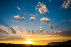 Sonnenuntergang in den Bergen und in der Fläche Lizenzfreies Stockfoto