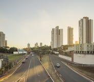 Sonnenuntergang an den großen Alleen von Campo Grande Mitgliedstaat Brazil stockbilder