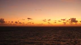 Sonnenuntergang in den Karibischen Meeren weg von Arruba Stockfotos