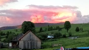 Sonnenuntergang in den Karpaten, Ukraine Lizenzfreies Stockfoto