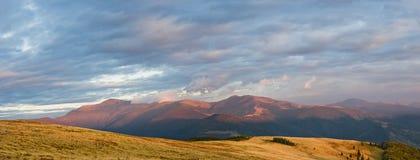 Sonnenuntergang in den Karpatenbergen stockbilder