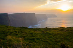 Sonnenuntergang an den Klippen von Moher Stockfotos