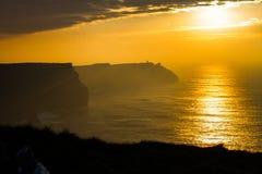 Sonnenuntergang an den Klippen von Moher Lizenzfreie Stockbilder