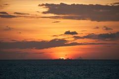 Sonnenuntergang in den Malediven: die Scheibe des Sternes verschwand hinter dem Horizont, der orange grelle Glanz im Himmel unter Lizenzfreies Stockbild