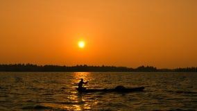 Sonnenuntergang in den Stauwassern, Indien Stockbilder