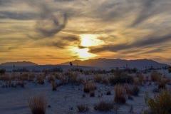 Sonnenuntergang in den weißen Sanden verlassen stockfoto