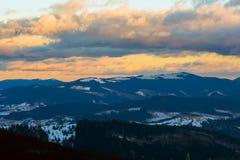 Sonnenuntergang in den Winterbergen nach Blizzard Lizenzfreie Stockfotografie