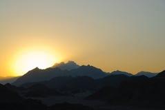 Sonnenuntergang in der ägyptischen felsigen Wüste Stockfotos