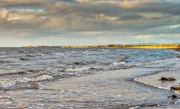Sonnenuntergang, der über Troon beim von Prestwick-Bucht vorbei schauen nachdenkt stockfoto