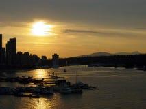Sonnenuntergang, der über Wasser nachdenkt Stockfotos