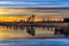 Sonnenuntergang an der Achterwasser-Lagune nahe Zinnowitz Stockbilder