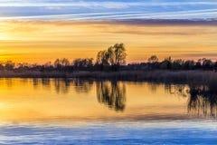 Sonnenuntergang an der Achterwasser-Lagune nahe Zinnowitz Lizenzfreie Stockfotos