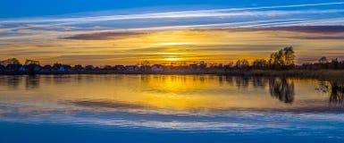 Sonnenuntergang an der Achterwasser-Lagune nahe Zinnowitz Stockfotografie