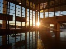 Sonnenuntergang an der Bahnstation Lizenzfreie Stockbilder