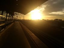 Sonnenuntergang an der Bahnstation Stockbild