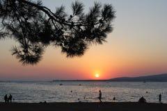 Sonnenuntergang in der Bucht der Küste stockfotografie