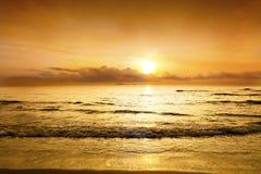 Sonnenuntergang in der Dämmerungszeit mit Himmel gelbem und orange Farbeove Lizenzfreie Stockbilder