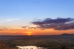 Sonnenuntergang an der Gebirgslandschaft Lizenzfreie Stockfotos