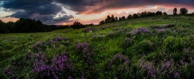 Sonnenuntergang in der Gebirgslandschaft Lizenzfreie Stockfotografie