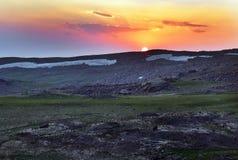 Sonnenuntergang in der Gebirgslandschaft Lizenzfreies Stockfoto