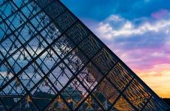 Sonnenuntergang der Glaspyramide Stockfotos