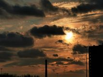 Sonnenuntergang in der Gro?stadt stockbilder
