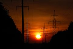 Sonnenuntergang in der Hochspannungszeile Lizenzfreie Stockbilder