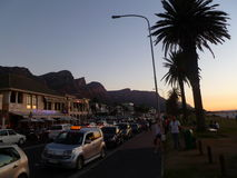 Sonnenuntergang an der Lager-Bucht Cape Town mit drakensburg Bergen Stockbild