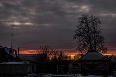 Sonnenuntergang in der Landschaft im Hintergrund eines hellen Himmels Hintergrund Lizenzfreies Stockfoto