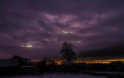 Sonnenuntergang in der Landschaft im Hintergrund eines hellen Himmels Hintergrund Lizenzfreie Stockbilder