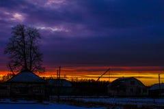 Sonnenuntergang in der Landschaft im Hintergrund eines hellen Himmels Hintergrund Stockbild