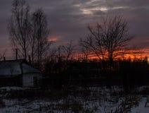 Sonnenuntergang in der Landschaft im Hintergrund eines hellen Himmels Hintergrund Stockfoto