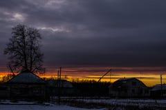 Sonnenuntergang in der Landschaft im Hintergrund eines hellen Himmels Hintergrund Stockfotos