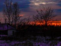 Sonnenuntergang in der Landschaft im Hintergrund eines hellen Himmels Hintergrund Stockbilder