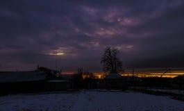 Sonnenuntergang in der Landschaft im Hintergrund eines hellen Himmels Hintergrund Stockfotografie
