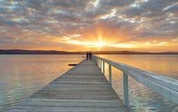 Sonnenuntergang an der langen Anlegestelle Stockbild