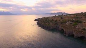 Sonnenuntergang in der leeren Bucht des Mittelmeeres, nahe der griechischen Insel Die Oberfläche des Wassers glänzt in der Sonne, stock video