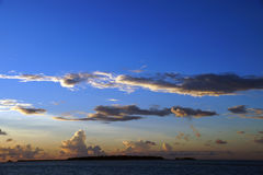 Sonnenuntergang in der Malediven-Inselansicht Stockbilder