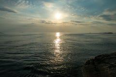 Sonnenuntergang in der norwegischen Küste auf dem Atlantik stockbilder