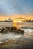 Sonnenuntergang an der Opernhaus- und Hafenbrücke, Sydney, Australien Stockfotografie