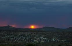 Sonnenuntergang der roten Sonne über dem Horizont Lizenzfreie Stockfotografie