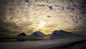 Sonnenuntergang in der schneebedeckten Landschaft, Island Lizenzfreie Stockbilder