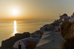 Sonnenuntergang in der Stadt von Oia, Santorini, Tira Island, die Kykladen Stockbild