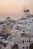 Sonnenuntergang in der Stadt von Oia, Santorini, Tira Island, die Kykladen Stockfotos
