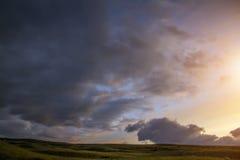 Sonnenuntergang in der Steppe, ein schöner Abendhimmel mit Wolken, Plato Ukok, niemand herum, Altai, Sibirien, Russland Stockfoto